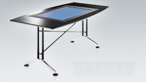 Un escritorio de trabajo con pantalla táctil
