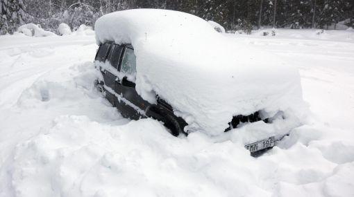 Sobrevivió dos meses atrapado en su auto bajo la nieve y si