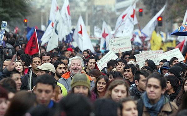 Miles de estudiantes chilenos marchan frente palacio presidencial