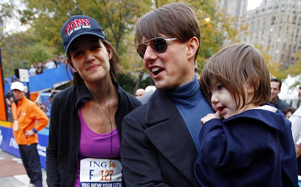 Tom Cruise y Katie Holmes ahora se enfrentan por imagen y custodia de Suri