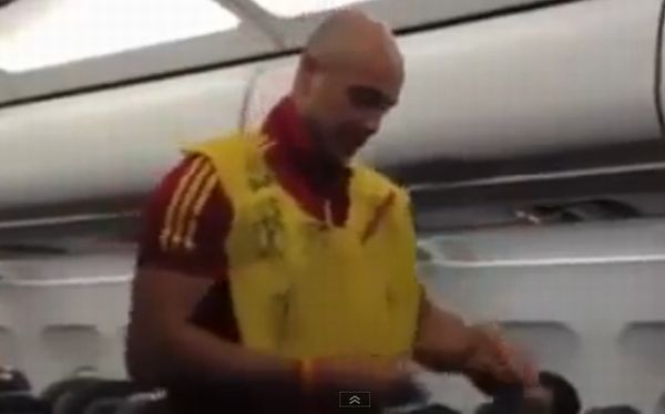 Pepe Reina hizo de aeromoza en avin de regreso de la seleccin espaola