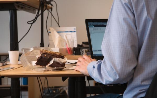 Conoce los peligros de comer frente a la computadora  500752