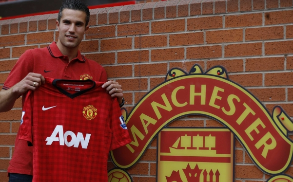 Robin van Persie fue presentado como nuevo jugador del Manchester United