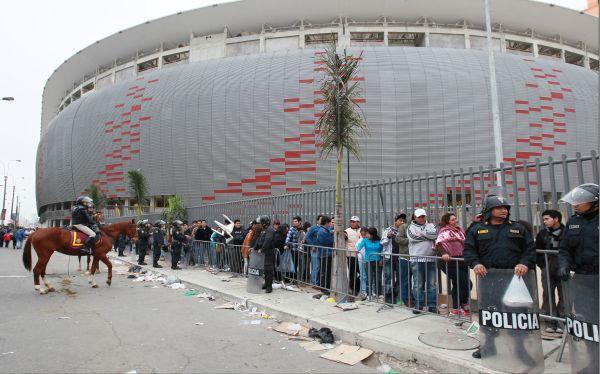 Estadio Nacional, Eliminatorias Brasil 2014, Selección venezolana, Selección peruana, Policía Nacional del Perú
