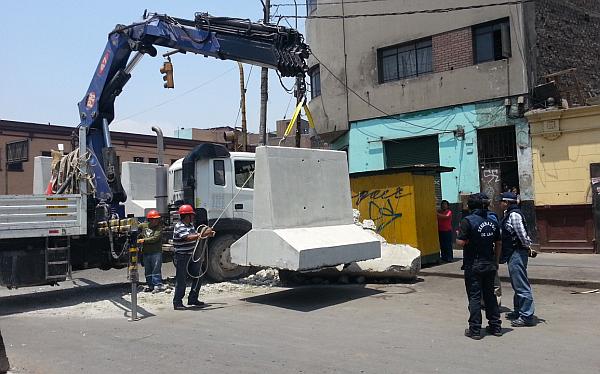 Bloquean con muros de concreto ingreso de camiones a La Parada
