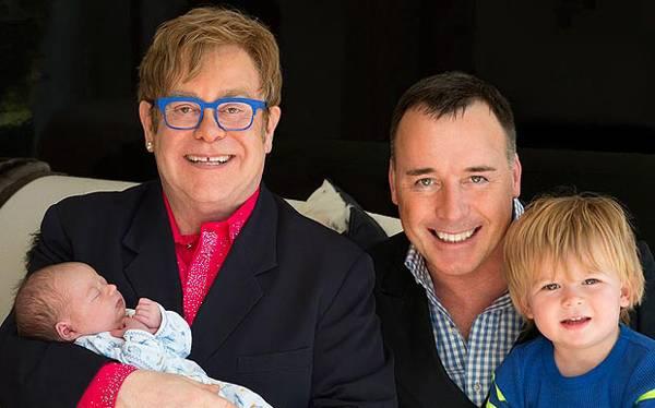 Elton John presentó a Elijah, su segundo hijo