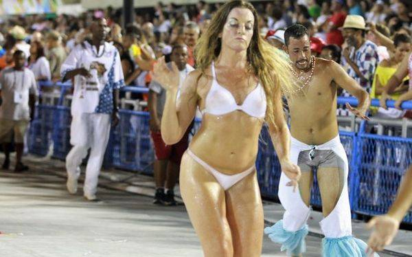 ... de Río: Mujeres desfilaron en ropa interior por retraso en disfraces