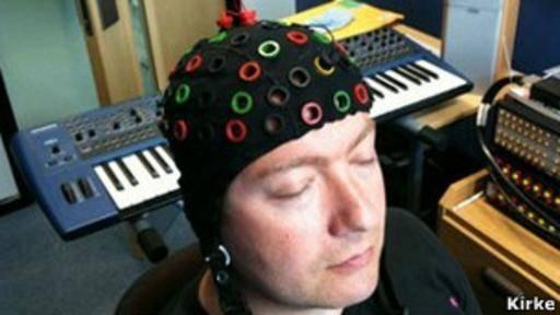 Un sombrero con sensores es usado para monitorear las ondas cerebrales de un miembro de la audiencia.